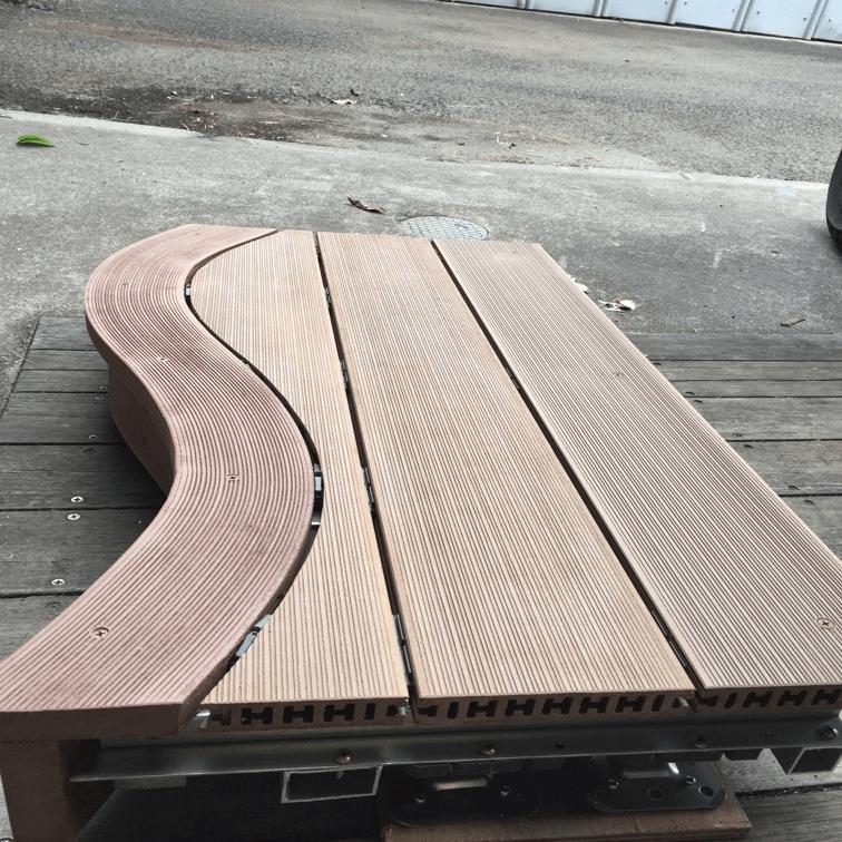 クラフトマンシップ ウッドデッキ施工例:よこ曲げデッキ材-NO.2 世界基準のウッドデッキ